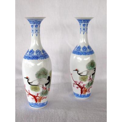 Deux vases signés en porcelaine coquille d'oeuf. Décor de grues. Chine, années 40