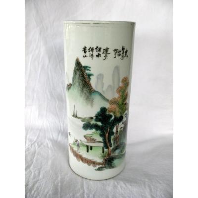 Vase rouleau en porcelaine de Chine. Décor paysage et pêcheur. Début XXème