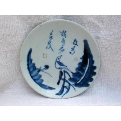 Plat en porcelaine blanc bleu. Décor à l'oiseau. Chine, XVIIIème
