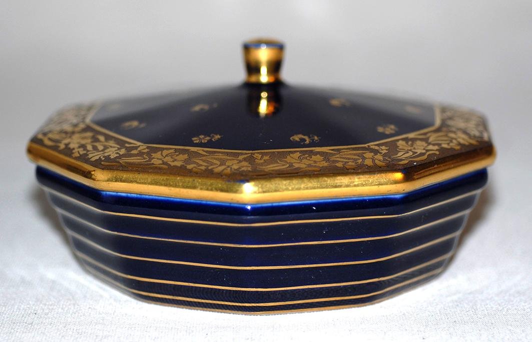 Bonbonnière En Porcelaine De Limoges, Porcelaine  Tharaud, décor Marcel chaufriasse. bleu de four et incrustation or.