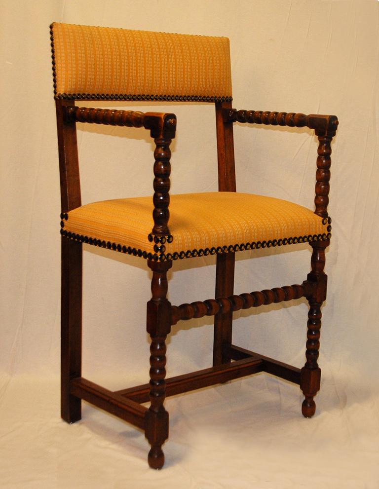 Fauteuil Ou Chaise à Bras De Style Louis XIII En Noyer.