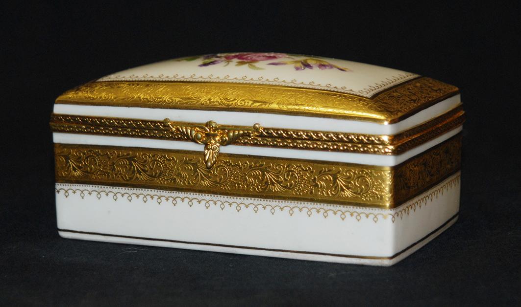 Coffret En Porcelaine De Limoges Double Incrustation Or, Décor Bouquet De Fleurs.