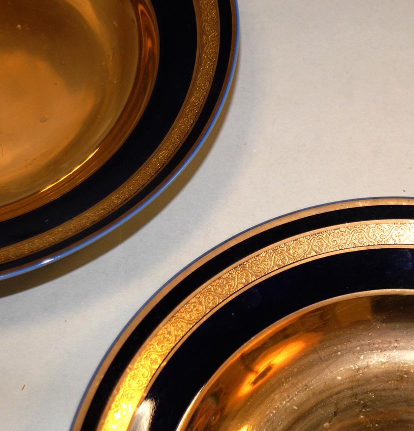 Paire d'assiettes en porcelaine de limoges, bleu de four et incrustation or.-photo-2