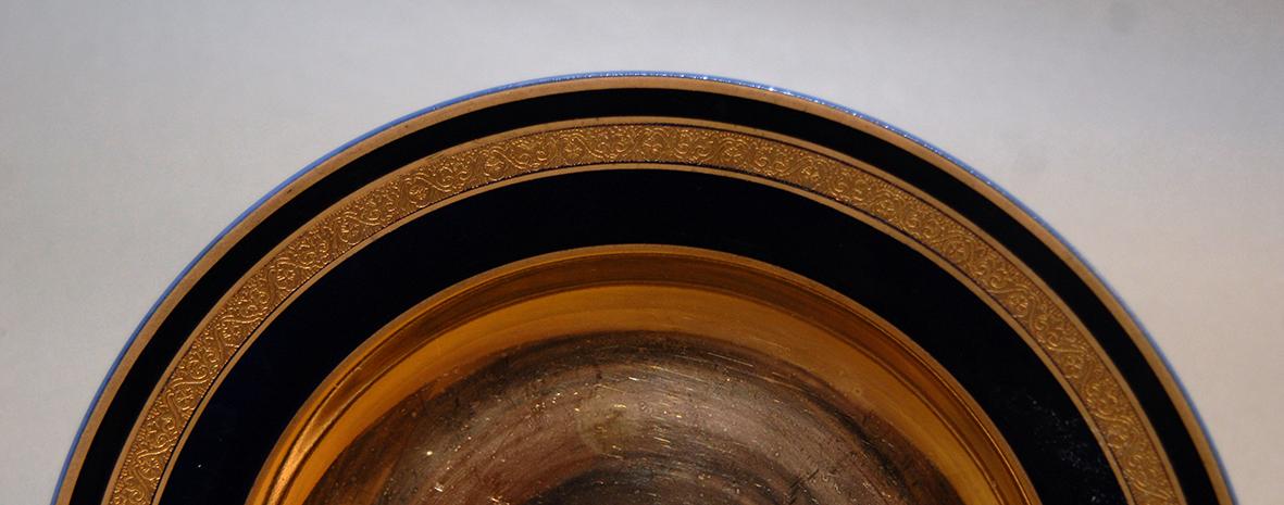 Paire d'assiettes en porcelaine de limoges, bleu de four et incrustation or.-photo-3
