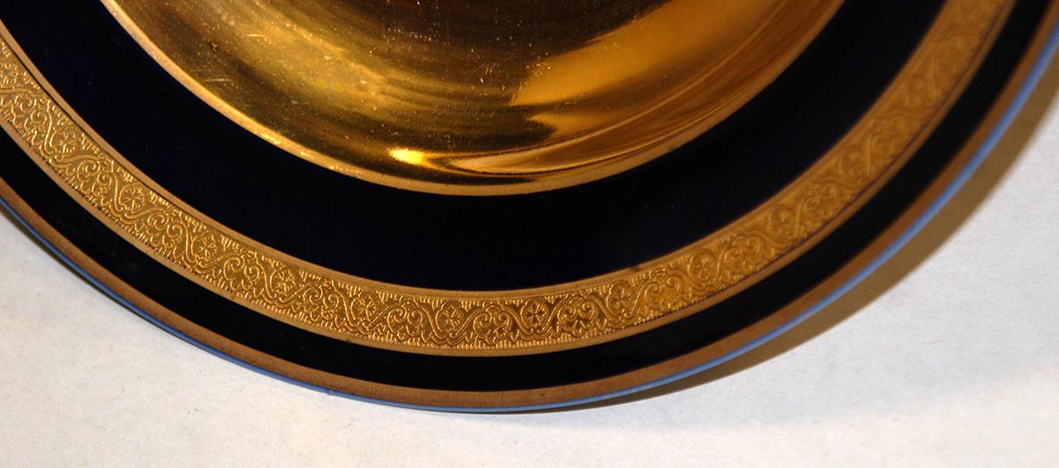 Paire d'assiettes en porcelaine de limoges, bleu de four et incrustation or.-photo-4