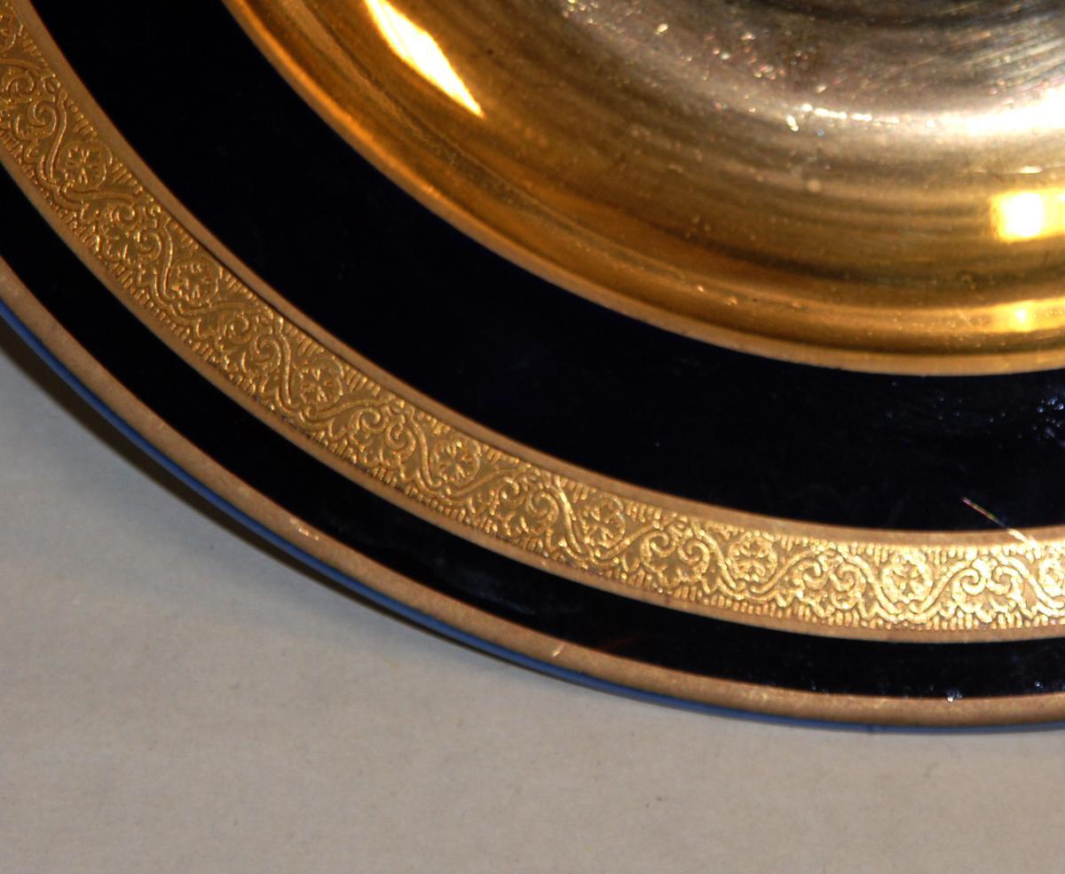 Paire d'assiettes en porcelaine de limoges, bleu de four et incrustation or.-photo-6