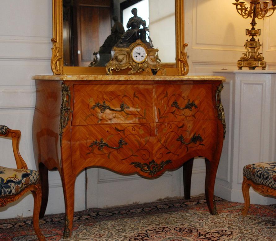 Commode Sauteuse Marquetée, Galbée, Style Louis XV.