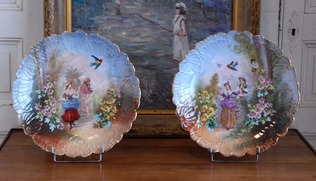 Paire De Grands  Plats Décoratifs En Porcelaine, Scène Galante, XIXème.