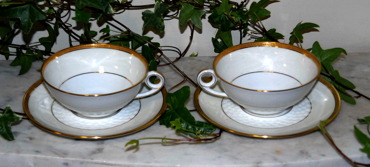 Paire De Tasses En Porcelaine De Limoges. incrustation or .