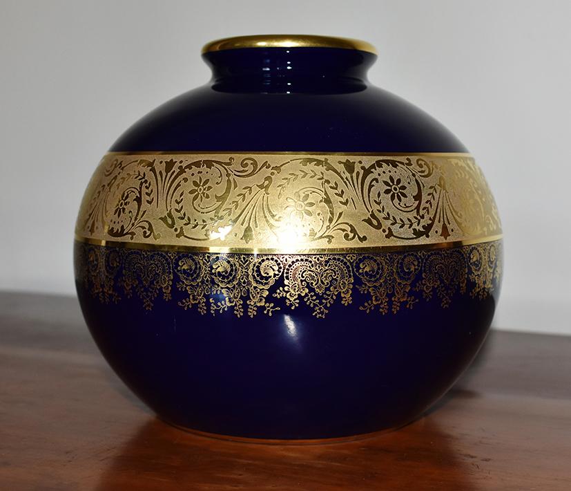 Vase Boule En Porcelaine De Limoges, Bleu De Four Et Incrustation Or.