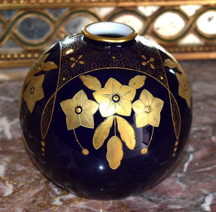 L . Chambon Et Fils, Vase  Boule En Porcelaine De Limoges Bleu De Four.