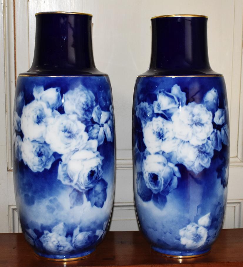 Paire De Grands Vases, Vase  En Porcelaine De Limoges, Camaïeu De Bleu Sur Bleu De Four.