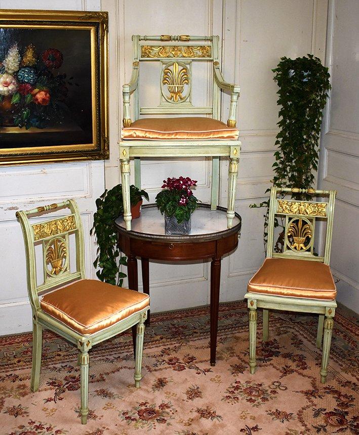 Paire De Chaises Et Fauteuil De Style Directoire En Bois Peint Rechampi or formant salon.