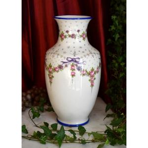 Grand Vase En Porcelaine De Limoges Entièrement Peint Main , Décor Floral.