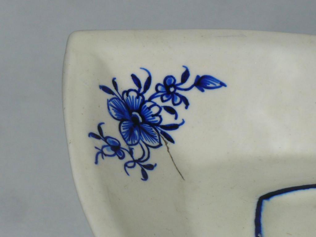 compotier navette en porcelaine tendre de tournai arras decor de fleurs en camaieu de bleu. Black Bedroom Furniture Sets. Home Design Ideas