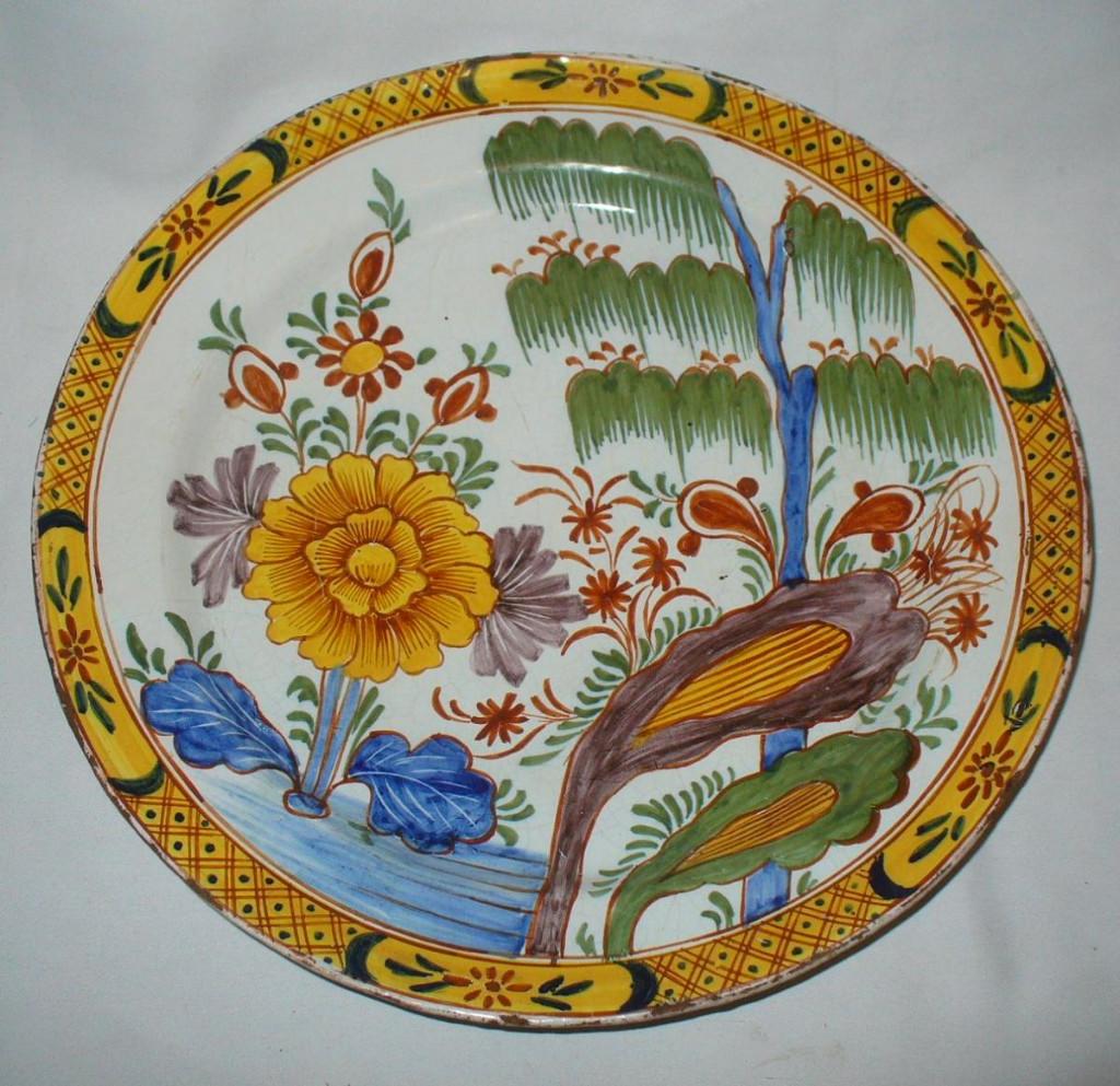 Grand Plat En Faience De Delft Decor Doré Polychrome Sinisant Chinoisant Style XVIIIe