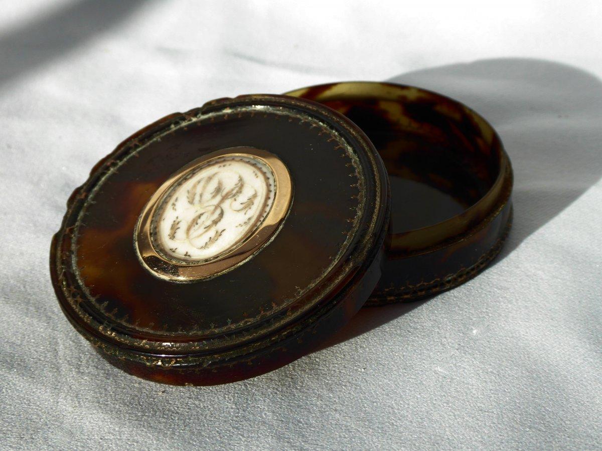 Fly Box / Snuff Box In Tortoiseshell & Gold Hair Embroidery XVIII Louis XVI