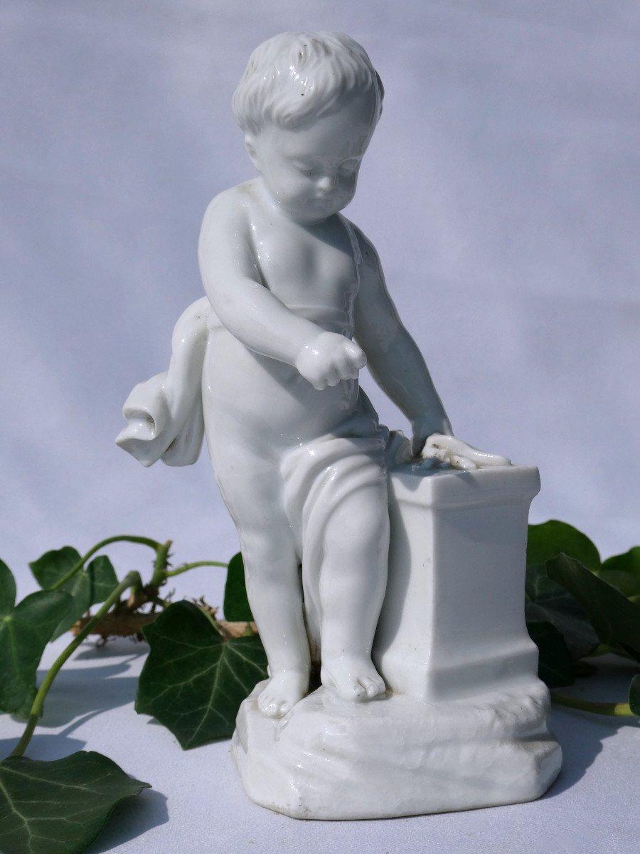 Sujet En Porcelaine Allemande , Putto Enfant d'Apres Falconnet , Le Feu XIXe Style XVIIIe