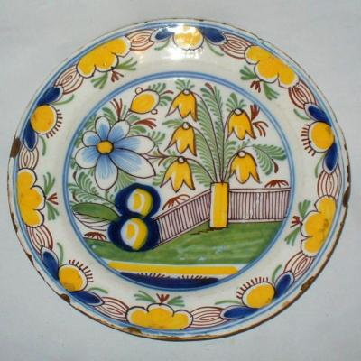 Grand Plat En Faience Du Nord / Delft , Décor Polychrome à La Barriere époque XVIIIe Siecle