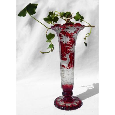 Grand Vase En Cristal Gravé De Bohême , Rouge Rubis , Décor De Cerf , XIXe Napoléon III Vénerie