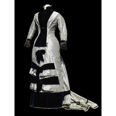 Robe à Traine , Ligne Princesse , Soie à Rayures Vers 1876-1878 Tournue / Faux Cul Costume Mode