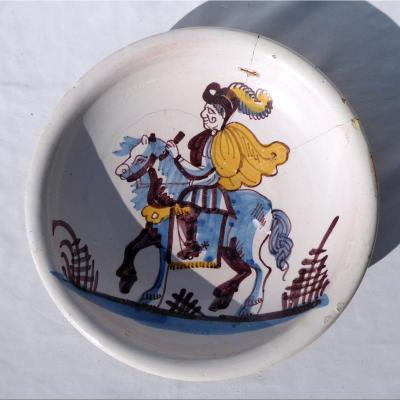 Plat Circulaire En Faience d'Hesdin , Cavalier à Cheval , XVIIIe Siecle Vron Nord