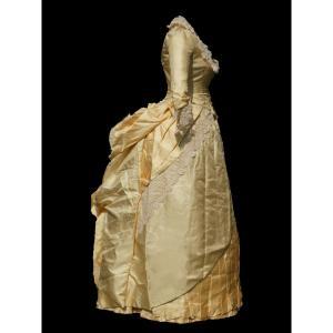 Robe De Reception / Soirée En Soie Jaune & Dentelle Epoque 1880 Modele à Tournure Costume XIXe
