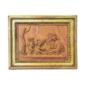 Plaque en terre cuite d'époque XIXe représentant des enfants jouant avec un animal
