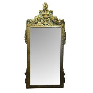 Grand miroir en bois doré d'époque Louis XVI à décor de têtes d'aigles