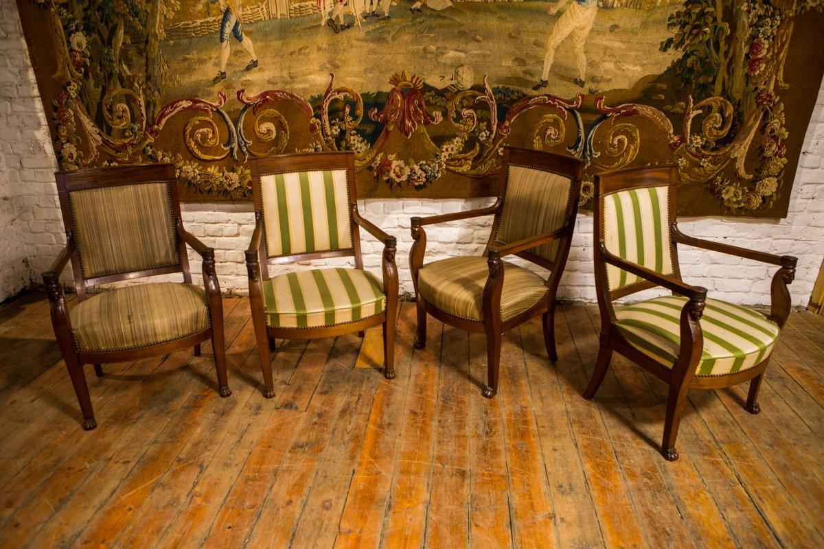 Quatre fauteuils et un canapé.