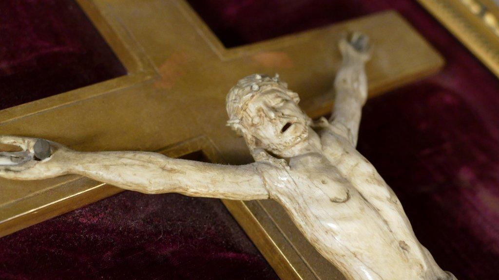 Christ En Ivoire Sculpté Sur Croix En Bois Doré, époque XIX ème