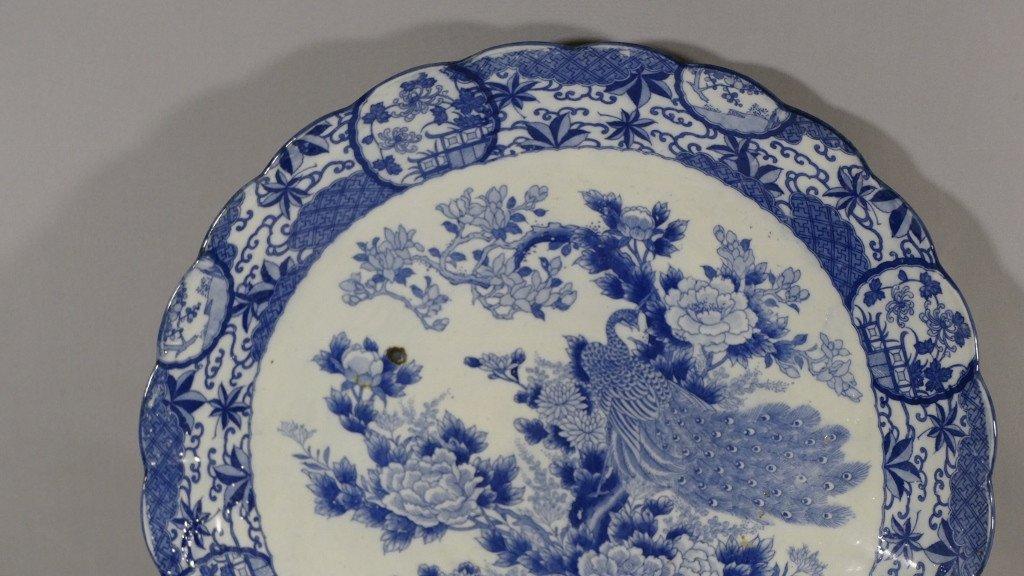Chine fin XVIII ème Siècle, Grand Plat Style Kraak au paon En Porcelaine Blanc Bleu-photo-2