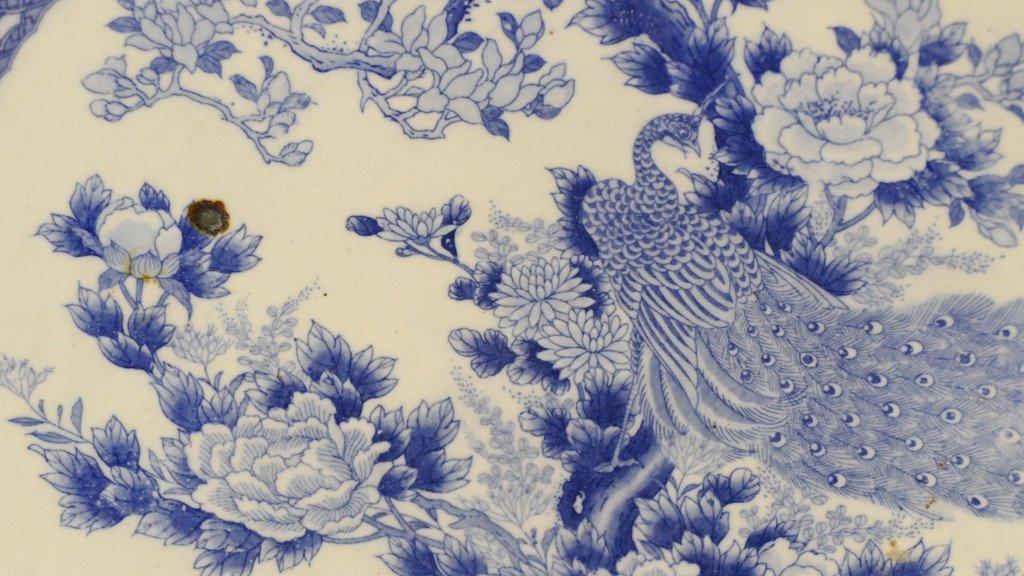 Chine fin XVIII ème Siècle, Grand Plat Style Kraak au paon En Porcelaine Blanc Bleu-photo-4