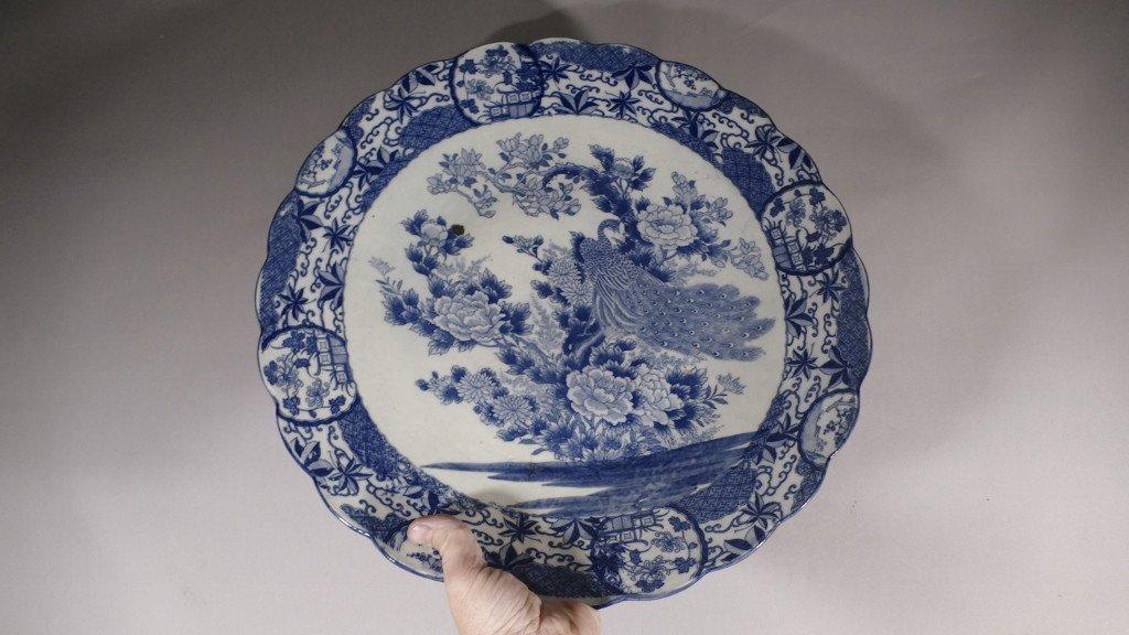 Chine fin XVIII ème Siècle, Grand Plat Style Kraak au paon En Porcelaine Blanc Bleu-photo-3