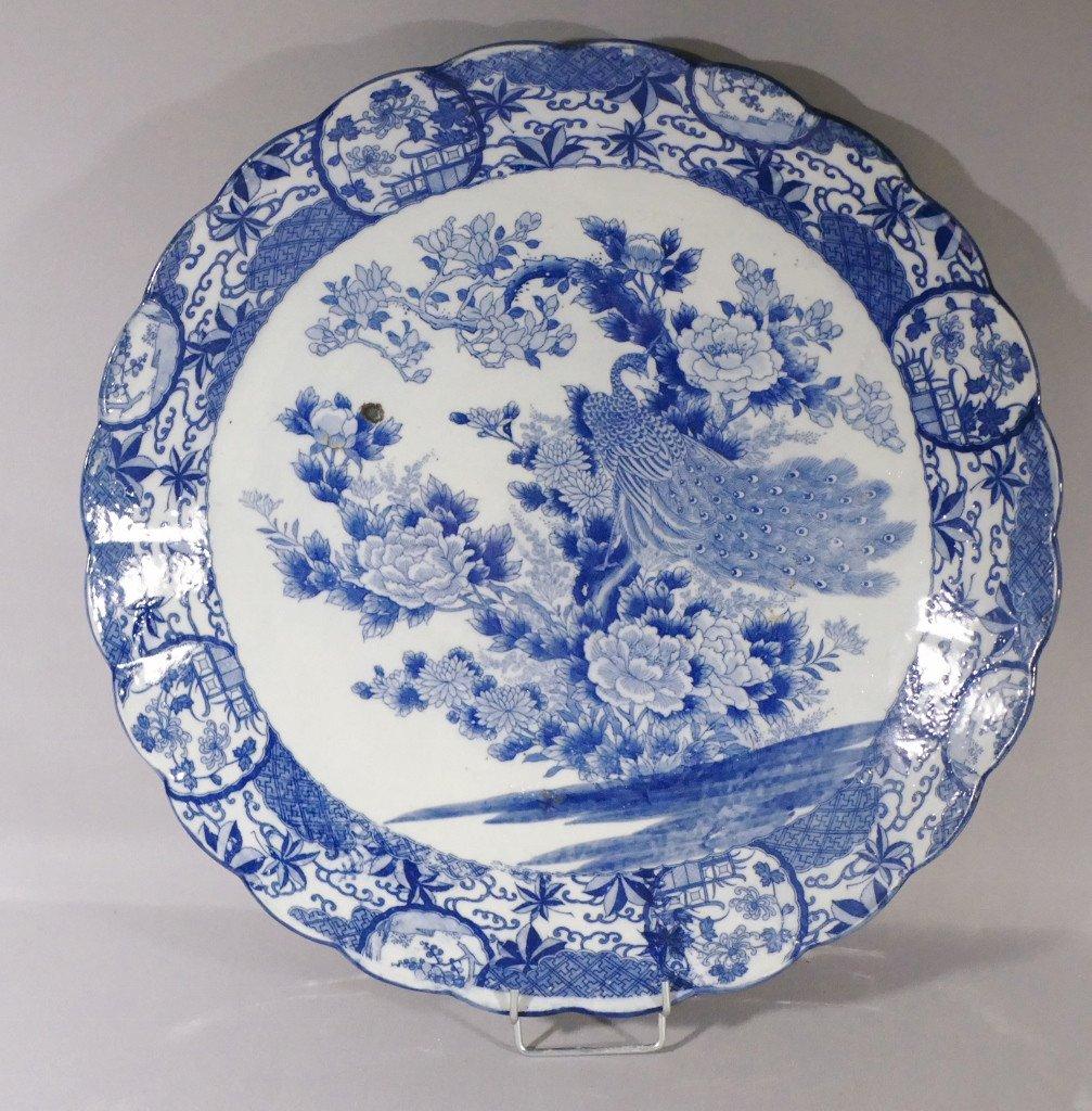 Chine fin XVIII ème Siècle, Grand Plat Style Kraak au paon En Porcelaine Blanc Bleu