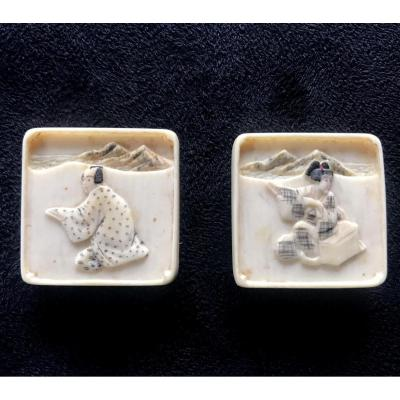 Paire De Boutons En Ivoire CarrÉ SculptÉ A Patine Blanche A Decor De Japonnais Fin 19eme