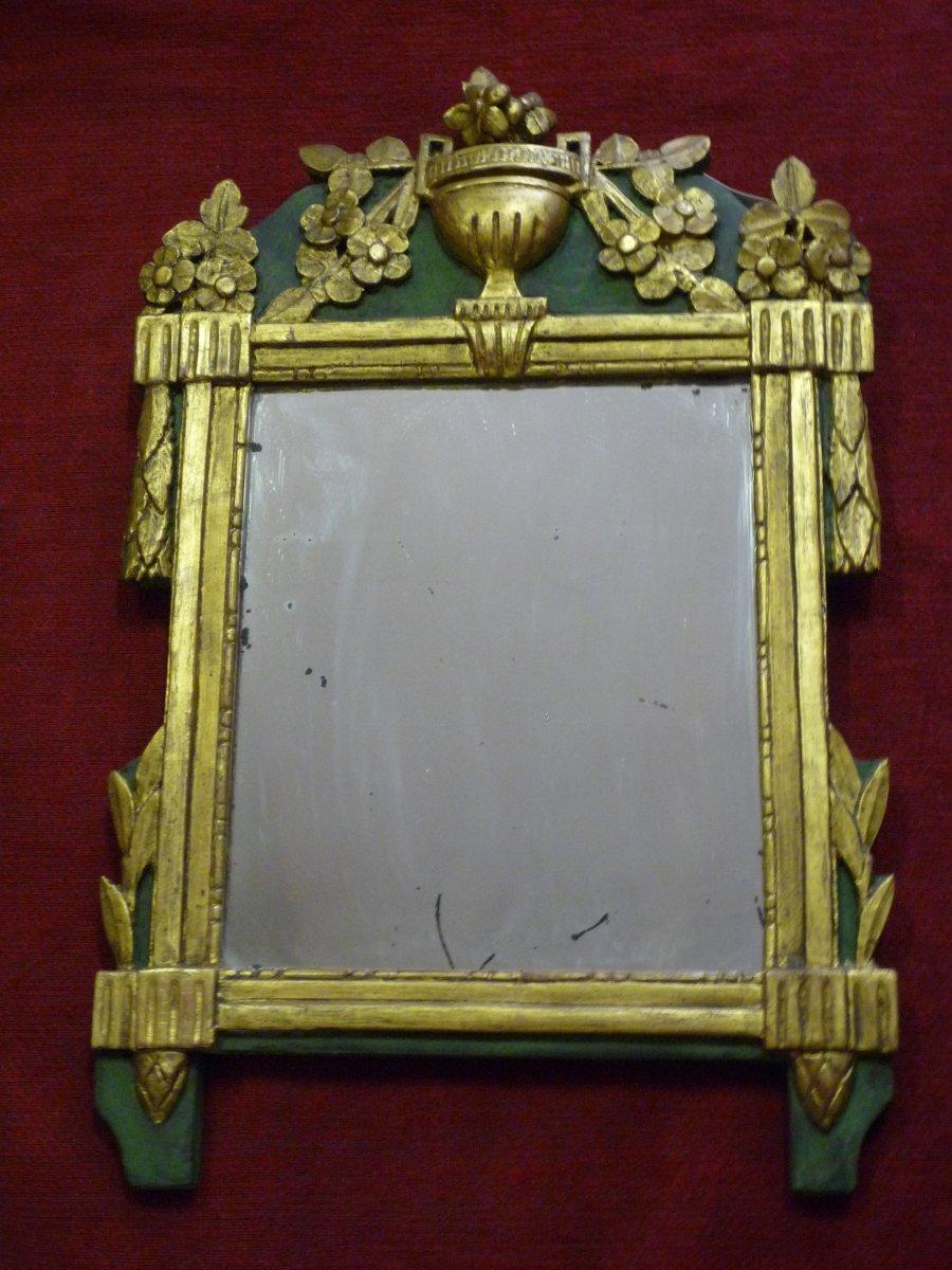Miroir d'époque Louis XVI en bois sculpté et doré à décor d'urne fleurie