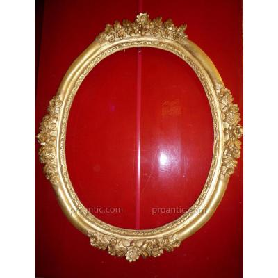 18th Century Oval Frame In Gilded Wood Carved With Flowers