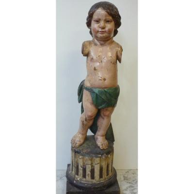 Statue d'enfant en bois sculpté polychrome sur une base de colonne cannelée