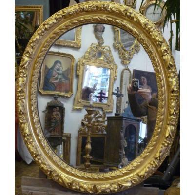 Cadre ovale d'époque XVIIe siècle en bois sculpté doré.