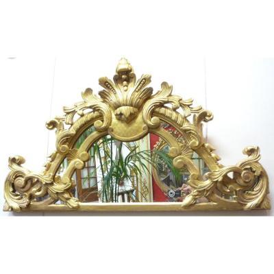 Fronton de bois doré sculpté sur miroir de style Louis XV