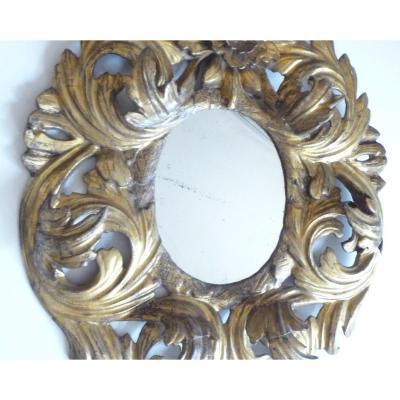 Miroir en bois sculpté argenté à reflets dorés
