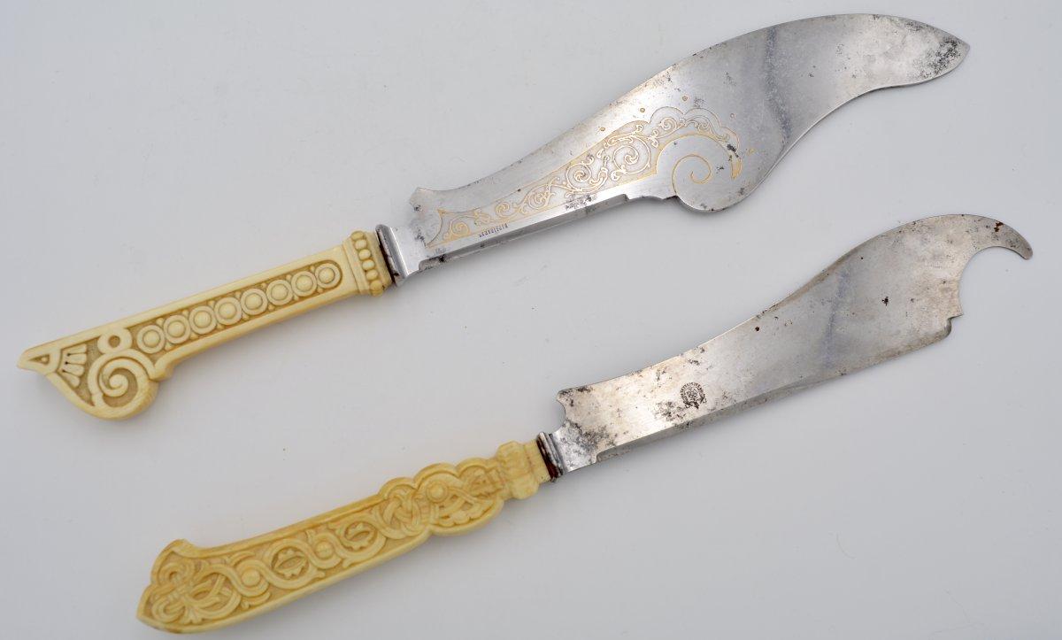 Russie XIX  Siècle . Deux Couteaux à servir le Poisson, Acier Et Ivoire.