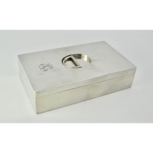 Rectangular box in smooth silver with two compartments. Amatie vermeil interior. The socket is movable, foldable, in the shape of a half-ring. Art Deco style<br /> Silver hallmark Minerva, 950/1000<br /> Master Goldsmith: Choplin Adolphe 1901-1908 / shaping specialist<br /> Length: 12cm<br /> Width: 7 cm<br /> Height: 3cm<br /> Weight: 228 gr<br /> Good condition / no shocks or restorations