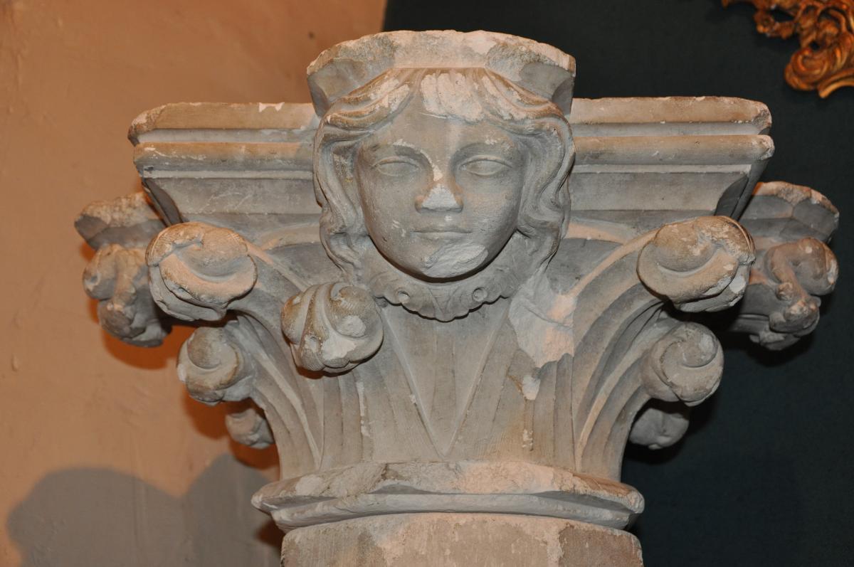 Grande Colonne à Tête d'Ange Du 13 ème Siècle