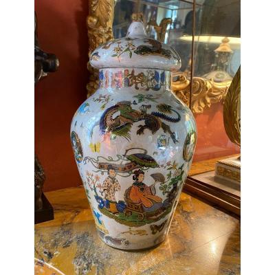 Grand Vase Couvert En Verre Décor Au Chinois, XIX Eme Siècle