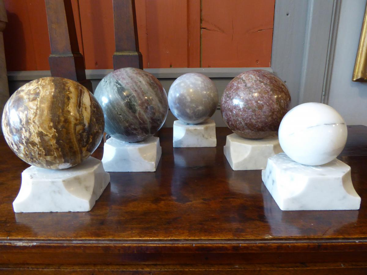 Cinq sphères en marbre sur socles