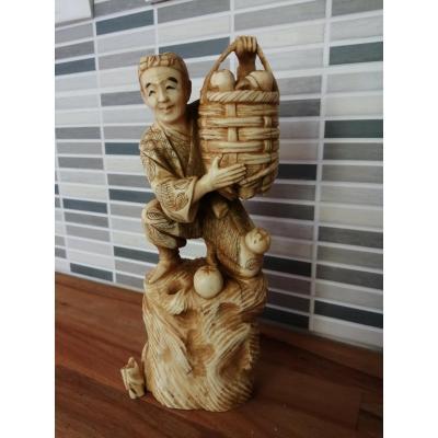 Sculpture En Ivoire Homme Au Panier De Fruits