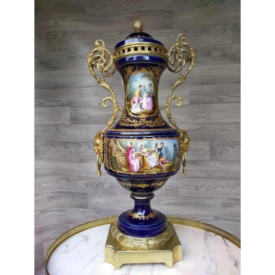 Grand Vase Couvert En Porcelaine Et  Bronze Doré Marque De Sevres