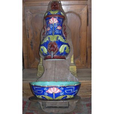 Longchamp : fontaine en faïence , décor Art-nouveau